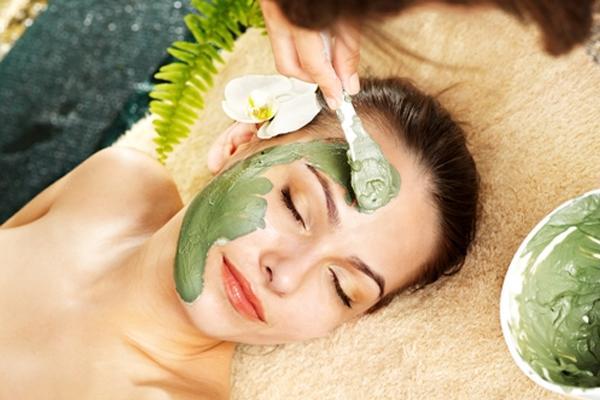 Mặt nạ tinh bột nghệ và trà xanh hay được các spa sử dụng