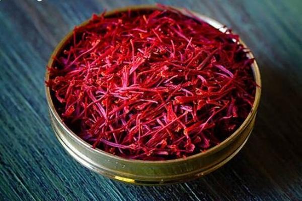 Các sợi nhụy hoa hồng được nhuộm đỏ giống saffron khiến người tiêu dùng rất khó phân biệt