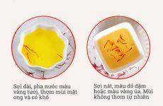 Khi pha trà uống thì saffron thật có màu vàng tươi, sợi nhụy vẫn còn nguyên vẹn trong khi saffon giả lại có màu đỏ đậm và sợi nhụy bị nát