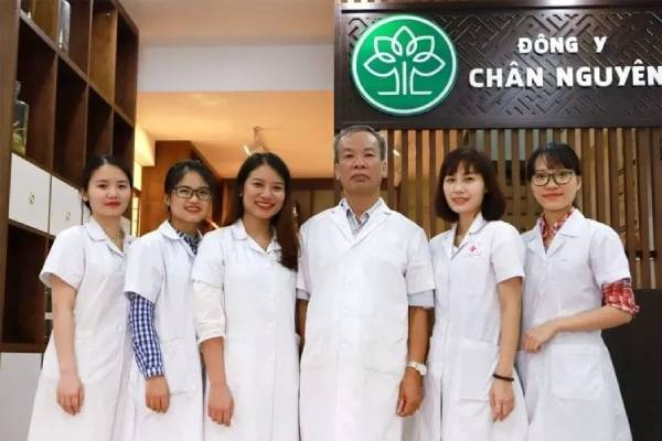 Đội ngũ y bác sĩ tại TTĐY Chân Nguyên
