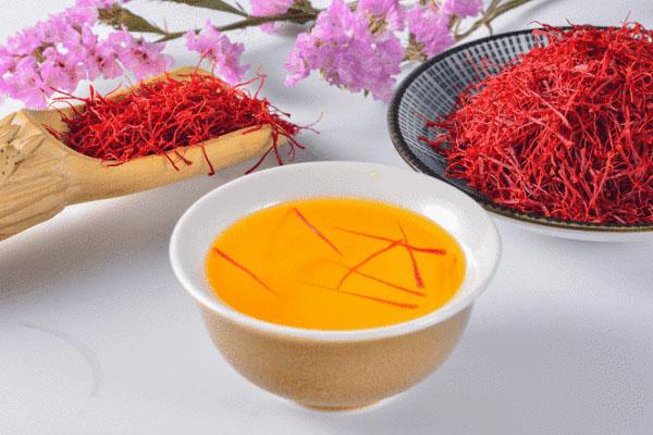 Pha trà nhụy hoa nghệ tây sử dụng hằng ngày để nâng cao sức khỏe
